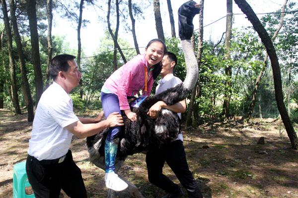 小记者正在体验骑鸵鸟的乐趣新华网发 (喻盾 摄).jpg