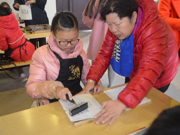 小记者与家长一同尝试体验活字印刷的乐趣。新华网发(李晓川 摄).JPG
