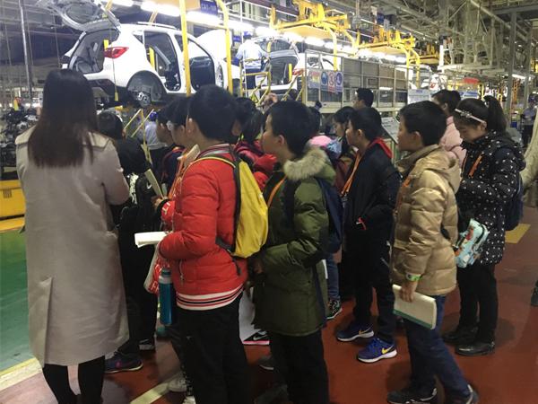 小记者正在参观长安汽车渝北工厂的总装二车间。新华网发(喻盾 摄).jpg